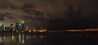 孟买市在与Worli海链接的几小时点燃 免版税库存图片