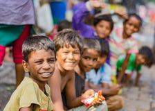 孟买,印度- 2015年11月11日:幸福,可怜的孩子 免版税库存照片