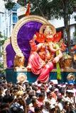 孟买,印度- 9月22,2010 :献身者出价再会给Ganesha阁下作为十天印度节日末端在孟买 免版税库存照片