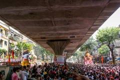 孟买,印度- 9月22,2010 :献身者出价再会给Ganesha阁下作为十天印度节日末端在孟买 库存照片