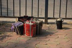 孟买/印度- 24/11/14 -与热的午餐的Tiffins由本地工人的妻子城市rea的准备了 库存图片