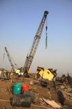 孟买/印度- 23/11/14 -在打破庭院的船的大起重机,准备举INS Vikrant船身的一个大片断  图库摄影