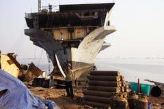 孟买/印度- 23/11/14 -船破碎机在打破围场的Darukhana船的INS Vikrant前面站立了 免版税库存图片