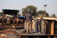 孟买/印度- 23/11/14 -运输破碎机拆毁一部分的在打破围场的Darukhana船的INS Vikrant的气体切削刀 免版税库存照片