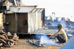 孟买/印度- 23/11/14 -运输破碎机拆毁一部分的在打破围场的Darukhana船的INS Vikrant的气体切削刀 库存照片