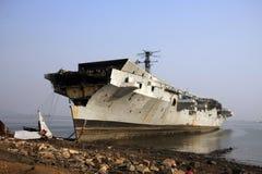 孟买/印度- 23/11/14 - INS Vikrant在打破围场的Darukhana船靠岸了 库存图片