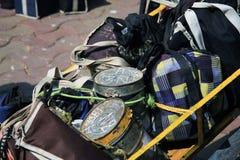 孟买/印度- 24/11/14 - Tiffins的汇集与热的午餐的由本地工人的妻子准备了在城市准备好transp 免版税库存照片