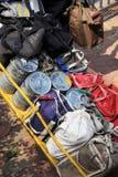 孟买/印度- 24/11/14 - Tiffins的汇集与热的午餐的由本地工人的妻子准备了  免版税库存照片
