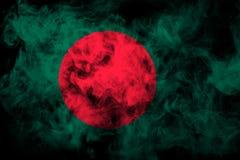 孟加拉国的国旗从厚实的彩色烟幕的 库存照片