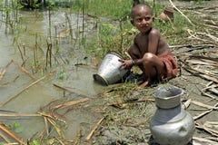 孟加拉国的女孩画象在河洗涤  免版税库存图片