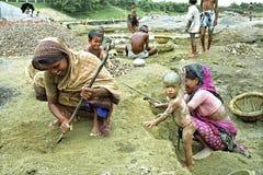 孟加拉国的妇女与在采石坑的孩子一起使用 免版税库存图片