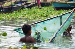 孟加拉国的孩子在有捕鱼网的河 库存图片