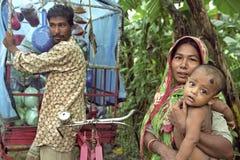 孟加拉国的母亲和婴孩和街道贸易商 免版税图库摄影