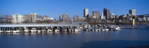 孟菲斯全景,从密西西比河的TN地平线有前景的小游艇船坞的 图库摄影