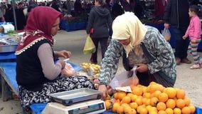 季季姆,土耳其- 2015年4月19日:土耳其妇女出售 股票录像