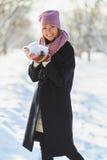 季节、圣诞节、假日和人概念-微笑的少妇在冬天给室外穿衣 免版税库存照片