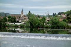 季节修造的外部的一条水坝水河 免版税库存图片