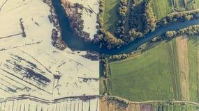 季节变动鸟瞰图与河弯的 免版税库存照片