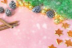 季节性和假日概念 与杉树,桔子,锥体,在浅粉红色的桌上的cinamon的圣诞节装饰 复制空间 图库摄影