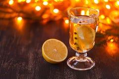 季节性和假日概念 圣诞节和秋天题材 一块玻璃仔细考虑了在一张土气木桌上的酒 选择聚焦 免版税图库摄影