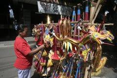 季节性喇叭玩具贸易商在新年2014年 免版税图库摄影