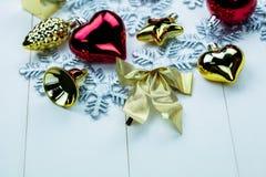 季节性圣诞节装饰品和雪花在白色木背景-特写镜头 图库摄影