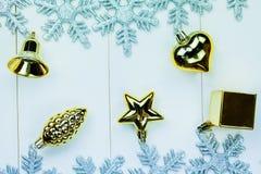 季节性圣诞节装饰品和雪花在白色木背景 免版税图库摄影