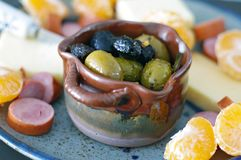 季节性开胃菜盛肉盘用橄榄、乳酪、肉和桔子 库存图片