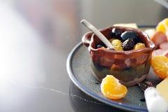 季节性开胃菜盛肉盘用橄榄、乳酪、肉和桔子 免版税库存照片