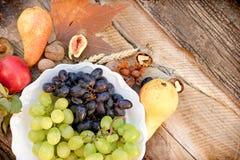 季节性有机果子在板材和在土气桌上 免版税库存照片