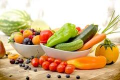 季节性有机水果和蔬菜在桌-健康食物上 库存图片