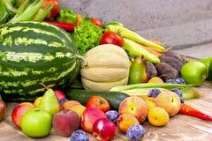 季节性有机水果和蔬菜-健康食物 库存图片