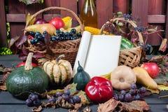 季节性果子和南瓜 免版税库存照片