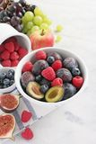 季节性果子和莓果 免版税库存照片