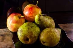 季节性果子 成熟梨和苹果在黑背景 库存图片
