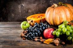季节性秋天果子和南瓜 图库摄影