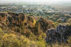 """季节性自然户外场面†""""岩石,五颜六色的树,别墅 库存照片"""