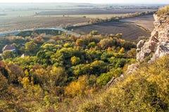 """季节性自然户外场面†""""岩石,五颜六色的树,别墅 免版税图库摄影"""