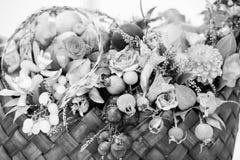 季节性花和果子花束 库存图片