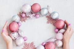 季节性装饰圣诞节背景手花圈 免版税库存照片