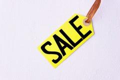 季节性销售,在白色背景的价牌 免版税库存图片