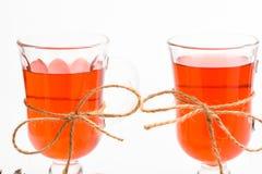 季节性饮料概念 玻璃用被仔细考虑的酒或热的饮料栓与在白色背景,关闭的麻线串 库存照片