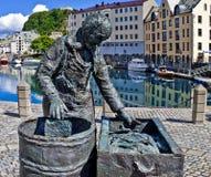 季节性鱼工作者,挪威雕象Alesund的 免版税库存图片