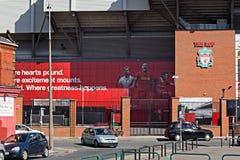 2016/17季节的利物浦橄榄球俱乐部的新的巨型壁画在体育场的Kop末端 免版税库存照片