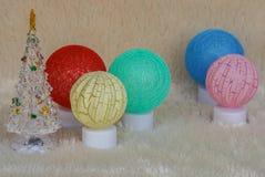 季节问候概念-焕发毛线球有逗人喜爱的圣诞树的照明设备灯装饰的 库存照片