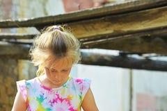 孤儿女孩留给在大厦的废墟的附近无家可归和身分由于一次军事冲突、火和ea 库存照片