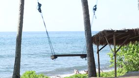 孤独倒空在自然背景的摇摆 热带海岛巴厘岛,印度尼西亚 在与黑沙子的海滩附近 改良 影视素材