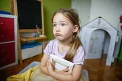 孤独和哀伤的小女孩坐地板 免版税图库摄影