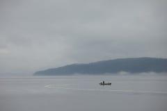 孤独小船的渔夫 库存照片