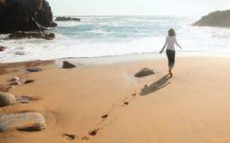 孤独海滩的女孩 图库摄影